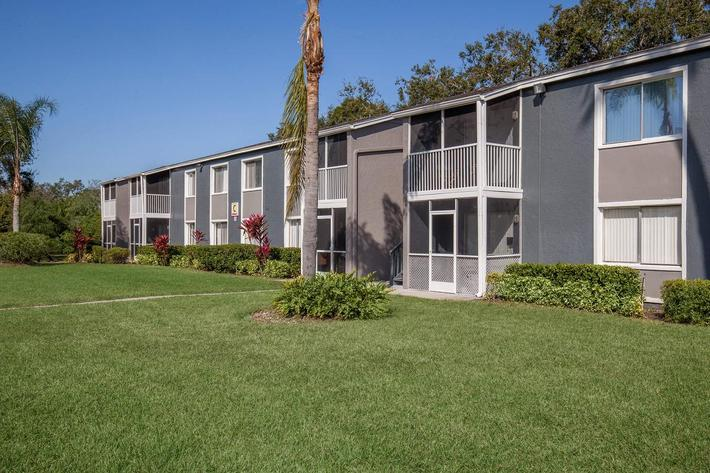 beautiful landscaping at Arbor Oaks Apartments in Bradenton, Florida.