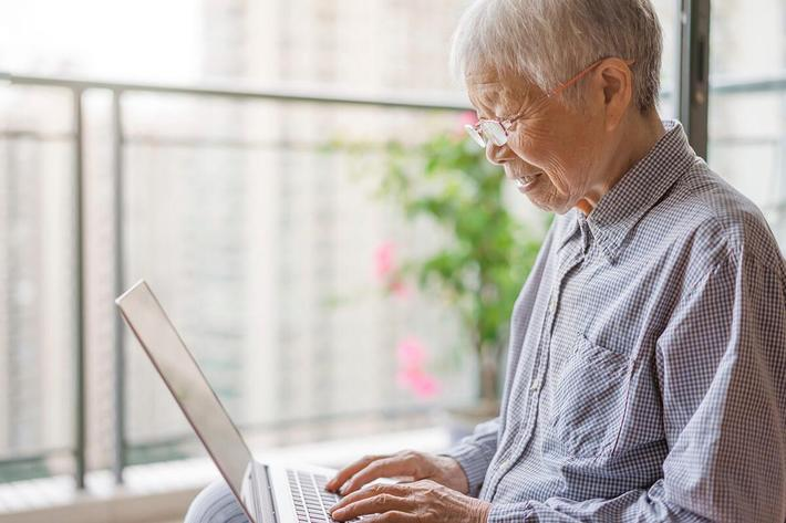 Senior Woman Using a Laptop iStock_105277579_LARGE.jpg